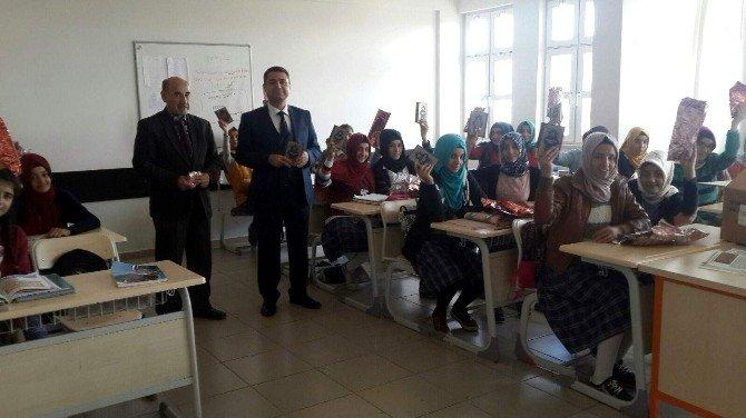 Kahta'da Öğrencilere Kuran-ı Kerim Hediye Edildi
