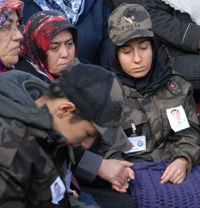 Eşi, babası ve oğlu şehit polisi üniformasıyla uğurladı