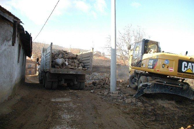 Keles'te Metruk Binalar Yıkılıyor