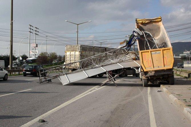 D-100 karayolunda açılan kamyon damperi, tabelayı devirdi