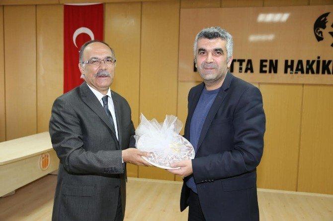 Ahmet Turgut 'Edebiyat Ve Sembolün Dili' Başlıklı Konferansta Konuştu