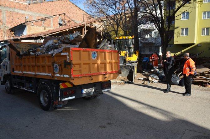 Malatya'da bir evden dört kamyon çöp çıktı