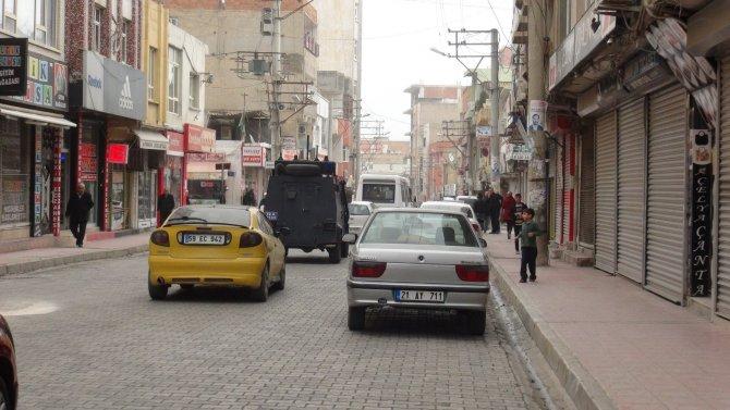 Nusaybin'de yasağı protesto eden esnaf, iş yerlerini açmadı