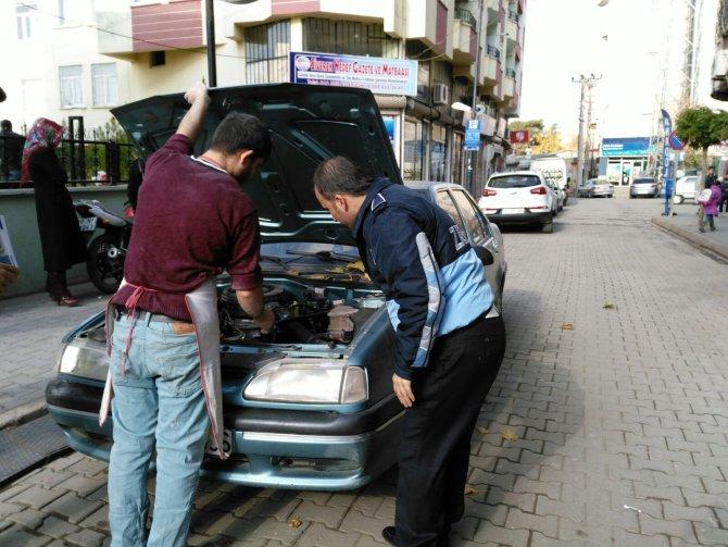 Arabanın motoruna sıkışan kediyi zabıtalar kurtardı