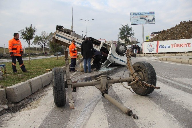 Kazada Hurdaya Dönen Araçlardan Yara Alamadan Çıktılar