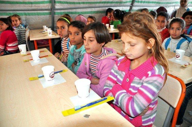Mülteci Öğrencilere Diş Temizliği Dersi