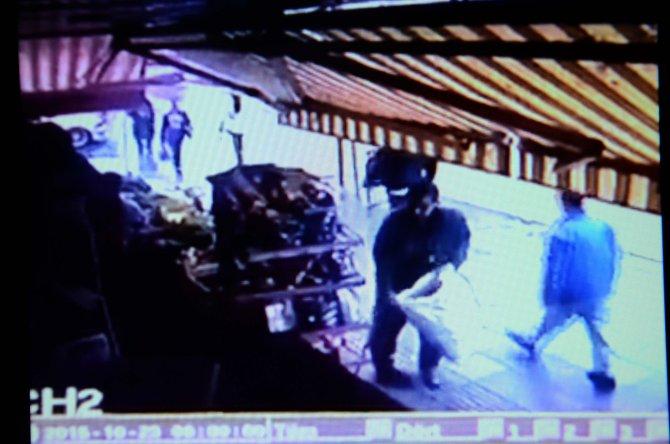Cumaya giden dükkan sahibinin ıhlamur torbasının çalınma anı kamerada