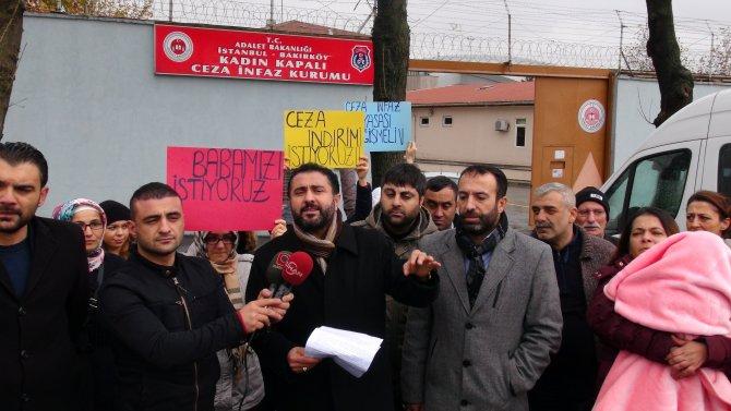 Cezaevi önünde toplanan mahkum yakınları, cezalarda indirim istedi