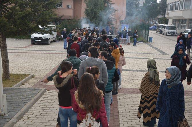 Öğrenciler köfte ekmek için sıraya girdi