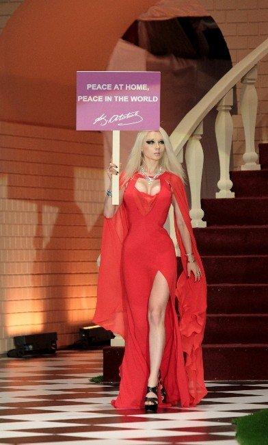 Ukraynalı Canlı Barbıe Lukyanova'dan Podyumda Barış Mesajı