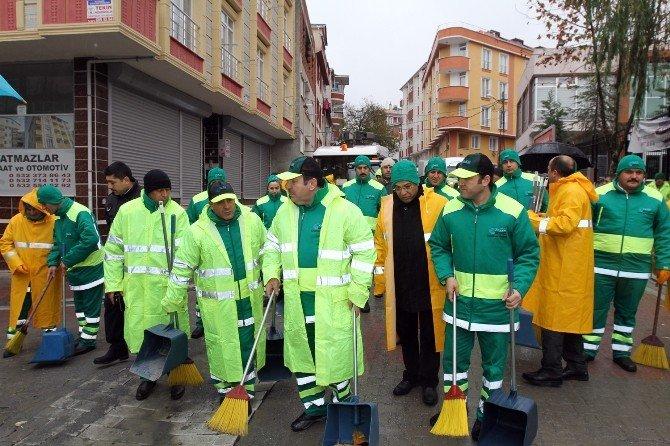 Çevreci Başkan, Temizlik İşçileriyle Sokakları Süpürdü