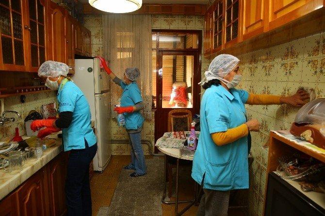 Buca'da İhtiyaç Sahiplerine Ücretsiz Temizlik