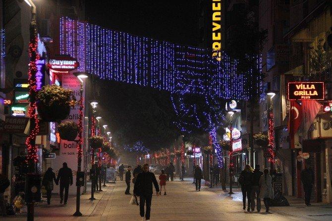 Yeni Yıl Coşkusu İzmir'i Rengarenk Yaptı