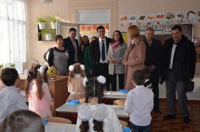 Gagauz Türkü Çocuklara TİKA'dan Eğitim Desteği