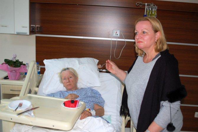 Ölümden dönen İsviçreli kadın, 70. yaş gününü hastanede arkadaşlarıyla kutladı