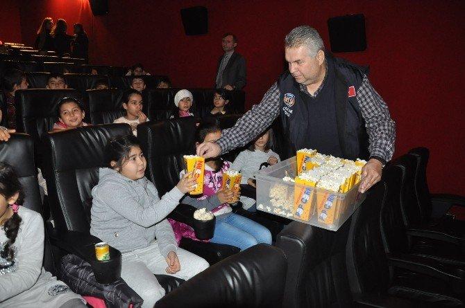 Çocuklar Yazdı, Polis Ablaları Ve Ağabeyleri Sinemaya Götürdü