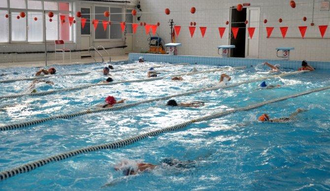 Yardımcı yüzme antrenör kursu Adana'da başladı