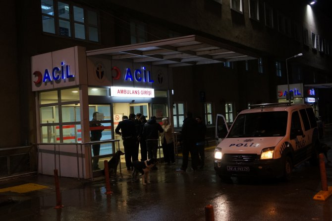 Hasta yakınının silahından çıkan kurşun doktoru yaraladı