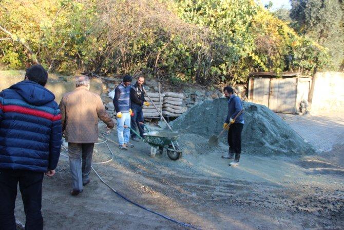 Yusufeli'nin Ahalt Mahallesi'nin ara yolları betonlanıyor