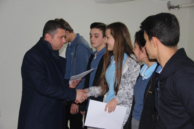 Anadolu Lisesi Öğrencileri Topladığı Yardımları Kızılay'a Teslim Etti