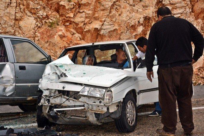 Antalya'da İki Otomobil Çarpıştı: 2 Yaralı