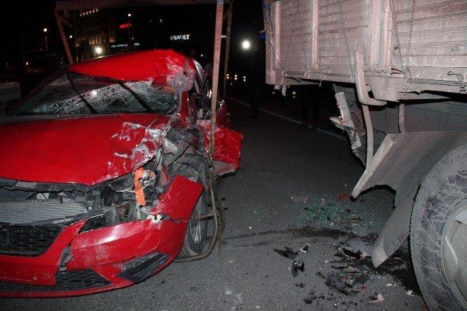 Park Halindeki Kamyona Çarpan Sürücü Yaralandı
