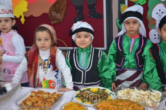 Yöresel Yemekleri Yöresel Kıyafetler Eşliğinde Sundular