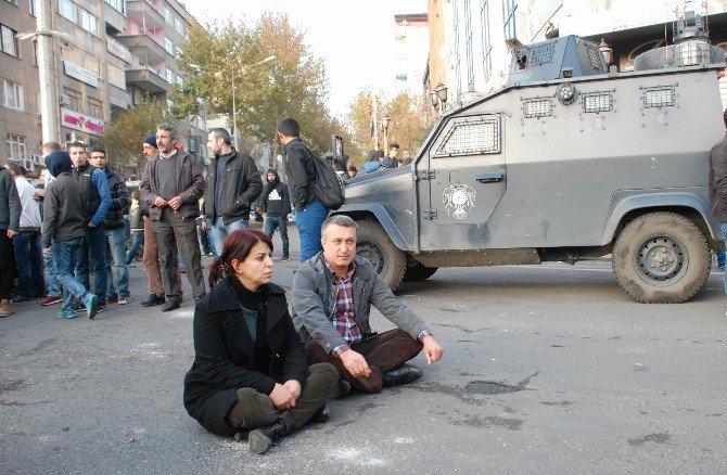 HDP'li Vekil Cadde Ortasında Oturma Eylemi Yaptı