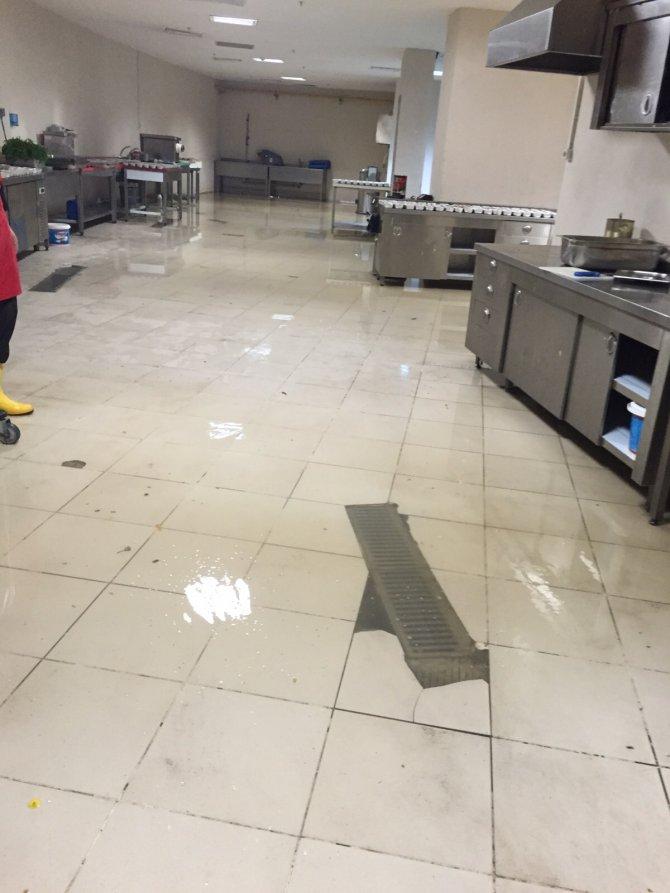 Bilgen, devlet hastanesinde yaşanan su baskını fotoğraflarını paylaştı