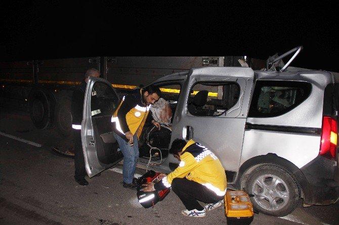 Kamyonet Yardım İçin Duran Tır'a Çarptı: 1 Ölü