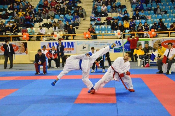 Türkiye Büyükler ve Veteranlar Karate Şampiyonası Adana'da devam ediyor