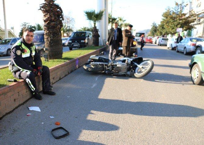 Motosikletli Polise Otomobil Çarptı