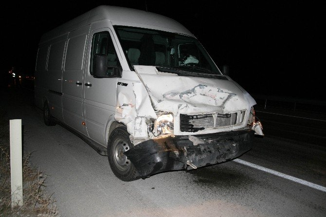 Minibüs Otomobile Arkadan Çarptı: 1 Yaralı
