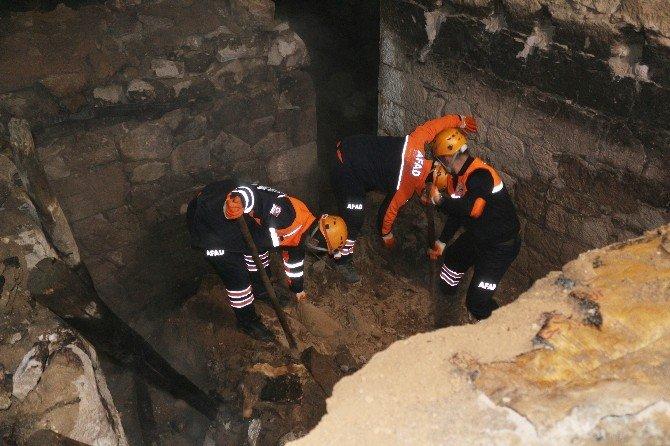 Niğde'de Boş Evin Damı Çöktü