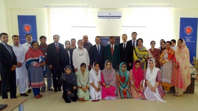 Pakistanlı Üniversite Öğrencilerine Bilgisayar Laboratuvarı