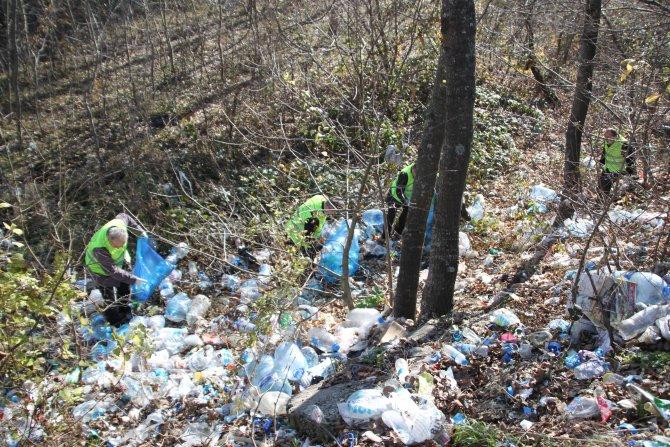 Mesire alanından kamyon dolusu çöp topladılar