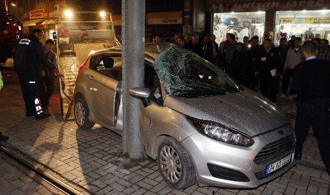 Tramvayla Çarpışan Otomobilin Yaralı Sürücüsü Kaçtı
