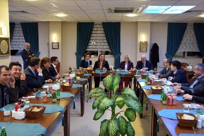 Emekli Olan Öğretim Üyelerine Veda Yemeği
