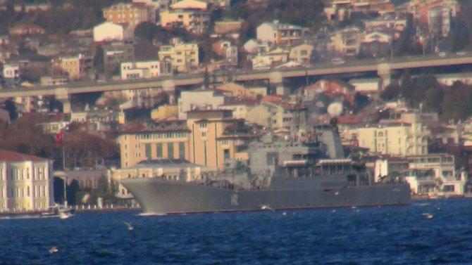 Boğaz'dan geçen savaş gemisini Sahil Güvenlik ekipleri takip etti