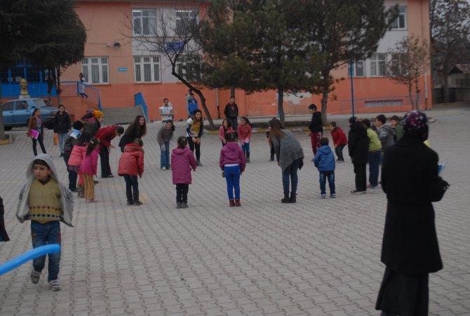 Gönüllüler köy okulunu iki günde pırıl pırıl etti