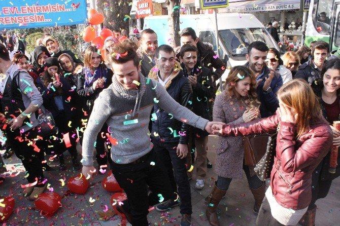 Sokak Ortasında Evlilik Teklifi Genç Kızı Korkuttu