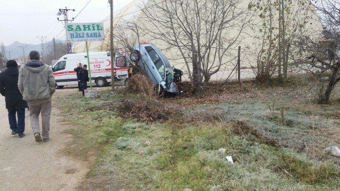 Tokat'ta Otomobil Ağaca Çarptı: 2 Yaralı