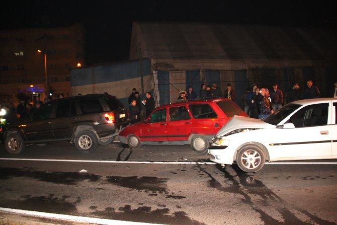 Alkollü sürücü kırmızı ışıkta bekleyen araçlara çarptı: 1 yaralı