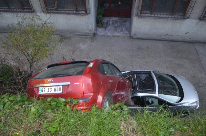 Park halindeki otomobil, diğer otomobilin üzerine devrildi