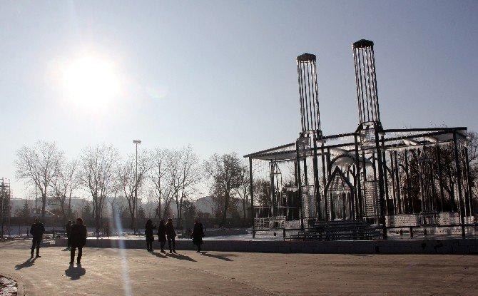 Erzurum'un Tarihi Çifte Minareli Medresesini Buzla Yaptı