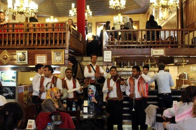 Tarihi Kahvehaneden Sıra Gecesi Gibi Davullu Zurnalı Eğlence
