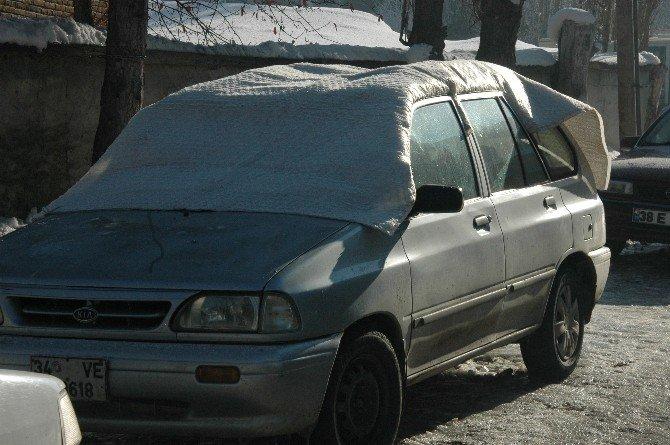 Araçlarını Donmaktan Battaniye İle Korudular
