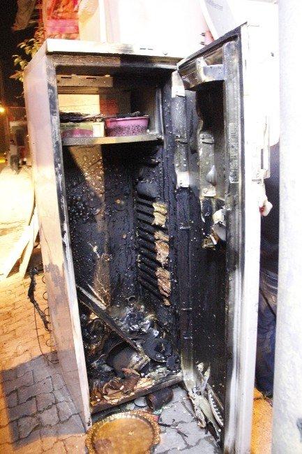 Buzdolabında Çıkan Yangın Paniğe Neden Oldu