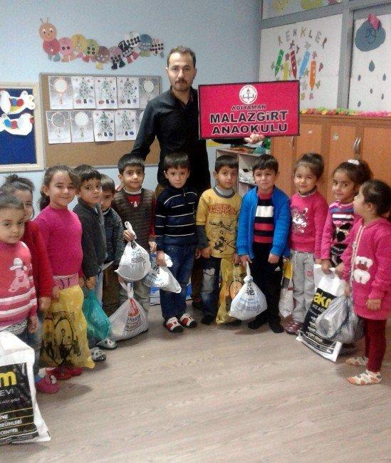Anaokulu Öğrencilerine Kıyafet Ve Oyuncak Yardımı Yapıldı