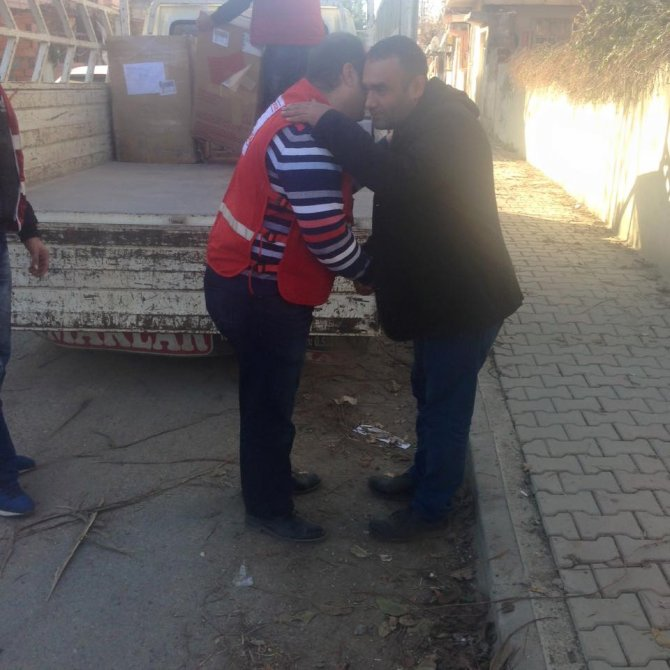 Kızılay'dan evi yanan aileye beyaz eşya yardımı